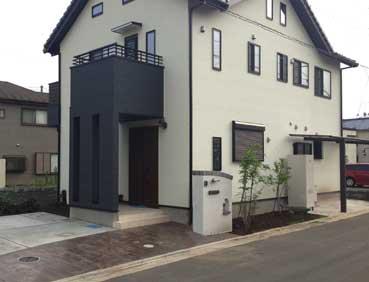 シンプル&ナチュラルな白い塗り壁の外構