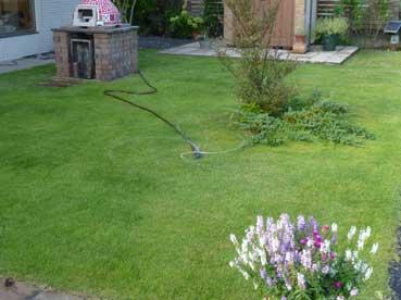 芝生の水やりはスプリンクラーを使って
