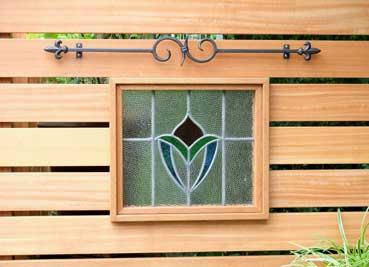 ステンドグラスの小窓