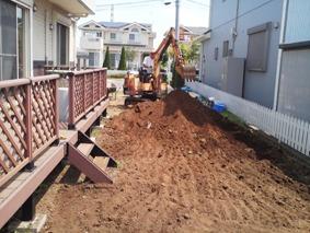 重機を使ってお庭の整地作業をしているところ