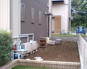 before:お手入れする時間がとれず雑草が茂るばかりのお庭