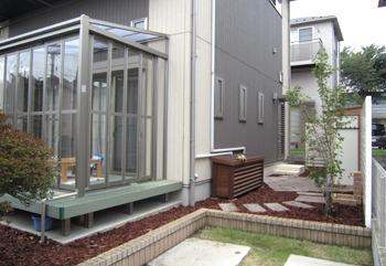 ガーデンルームと白いフェンスのお庭
