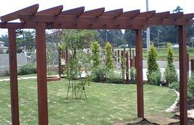 バラなどの植物を絡ませるためのパーゴラ