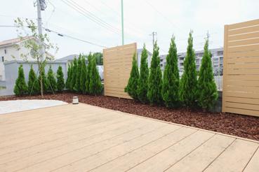 植物とフェンスを交互に使った目隠し