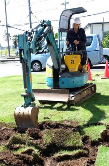 ユンボを操って、穴を掘ったり、整地したり