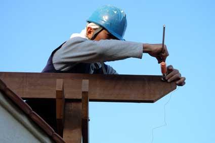 パーゴラを設置する時には木材の個性を見て適材適所に割り付けます