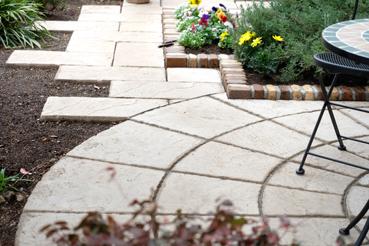 テラスと園路にコンクリート平板を使用