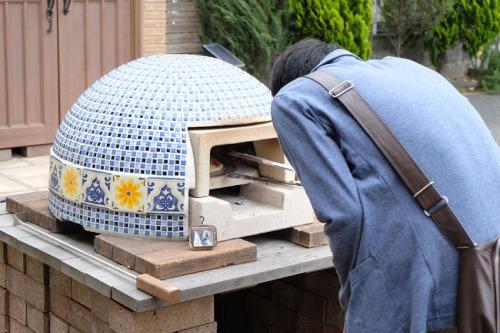 【2、300℃まで熱した窯の中でクルクルピザを回します!】