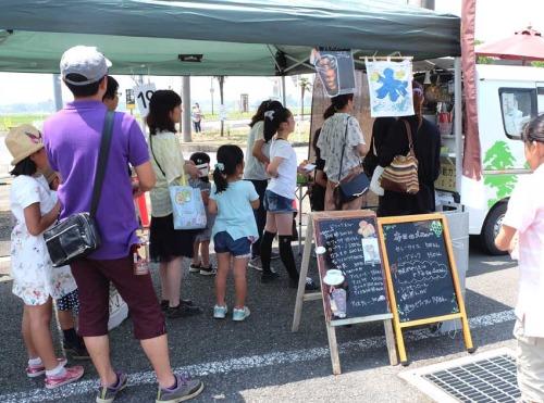 ガーデンマルシェのブース:飲食は、焼き菓子、cafe、パン、有機野菜、ハーブなどのお店