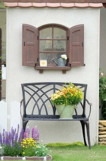 パティオの窓とベンチの風景