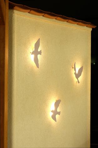 【鳥の照明が壁をほのかに照らします】