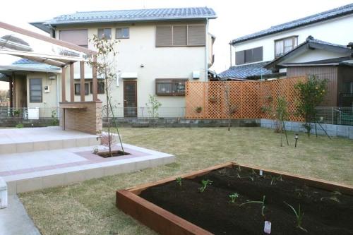 天然木で仕切った家庭菜園の写真
