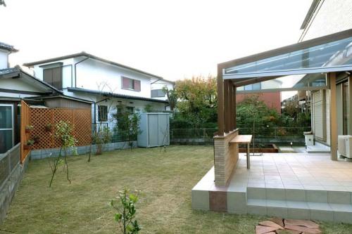 テラスの前は芝生が広がるリフォーム後のお庭の写真