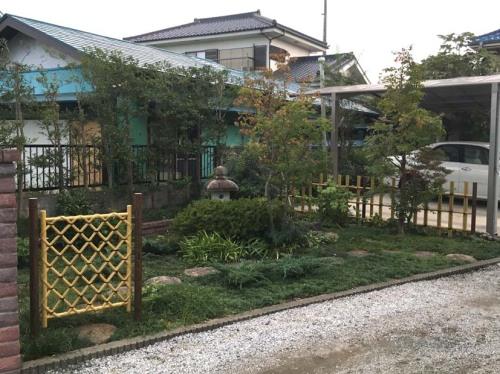 竹垣、枝折り戸、筧を人工竹のものに交換したリフォーム後のお庭