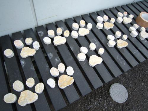 足跡形にカットした石