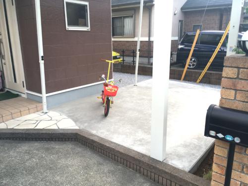 カーポートを設置した広い駐輪場の写真