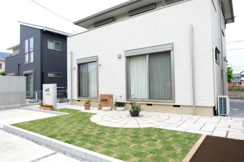 芝生とコンクリート平板ですっきりとした施工後写真