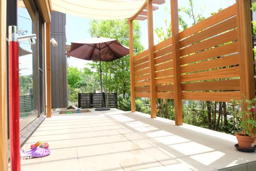 タイルテラスとセランガンバツを使用したパーゴラの写真