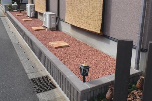 化粧ブロックで囲った部分はレンガチップを敷いて菅理が楽になったお庭の写真