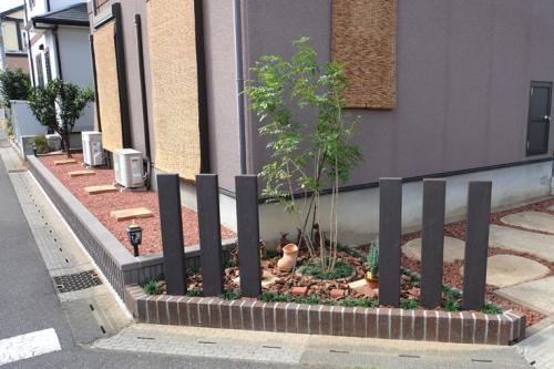 敷地の角にはレンガの花壇と柱を設置した施工後の写真