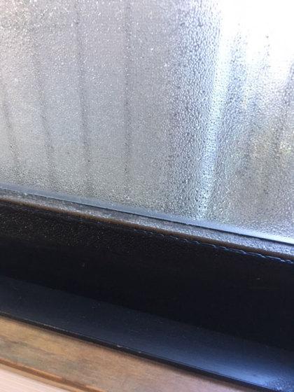 【結露で窓の下半分はびっしょり】