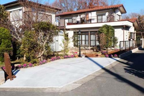 生垣を撤去し庭の一部を駐車場にしたリフォーム後の写真