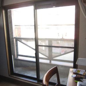 プラマードUを設置する前の 寝室のテラス窓の写真