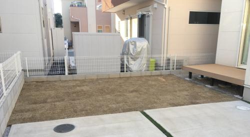 芝生を貼った施工後の庭の写真