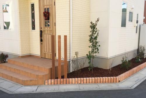 角に木材の柱を立てて車の侵入を阻止する 施工後の写真