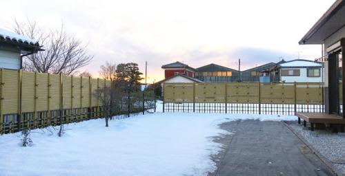 施工後全景写真 上が御簾垣(みすがき)、下が四ツ目垣という違うデザインの竹垣