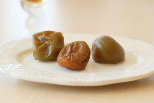 【種類の違う梅の味を比べてみます】