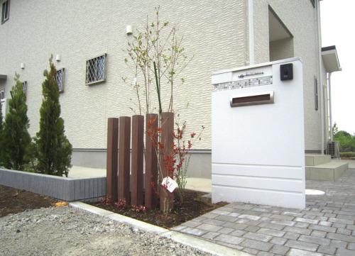 門壁はトーシンの「クワッド800」、足元はインターロッキング「カッシア」の写真
