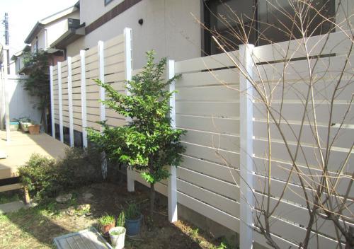 お庭側施工後(中から)ディーズガーデンのアルファウッド白の写真
