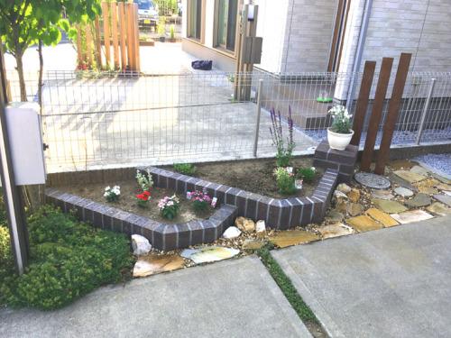 レンガで作った花壇と花台の施工後の写真