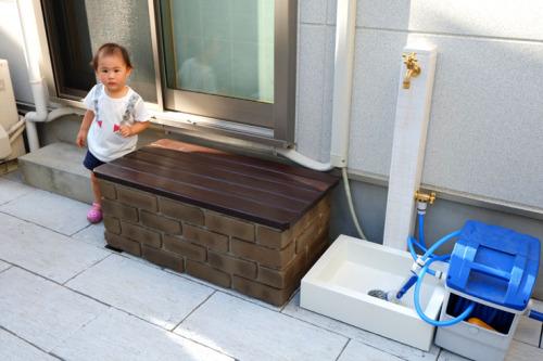収納付きの「ステップ&デッキ」と立水栓「エ・モットL」の写真