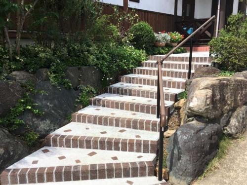 レンガとコンクリートで作り直した階段の写真