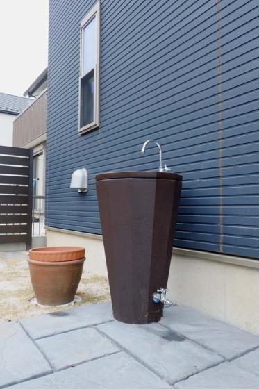 ニッコーの「リアルウッドランバー」というスタンドタイプの立水栓の写真