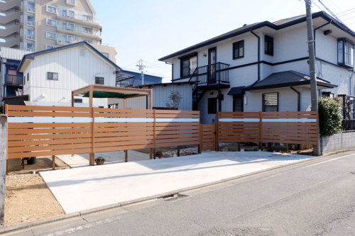 お庭と駐車場を仕切るように目隠しフェンスを設置した施工後の写真
