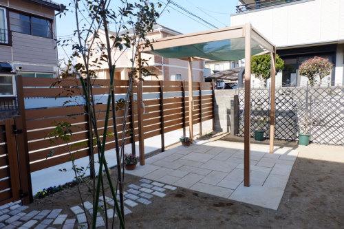 パーゴラは「快天浴」とテラスのお庭の写真