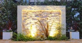 アクセントウォールが輝くお庭