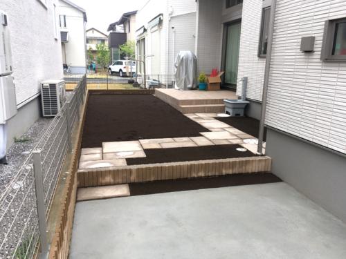 コンクリート平板を敷いて整地した施工直後の写真