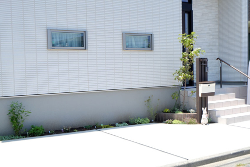 植栽スペースを横に広くとった駐車場の完成写真