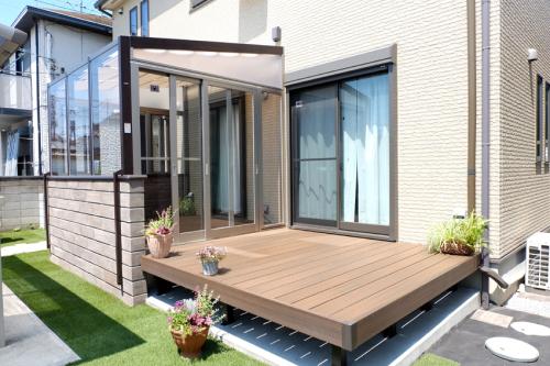 ガーデンルーム「ココマ」と樹脂デッキ「ファンデッキ」が設置されたお庭の写真