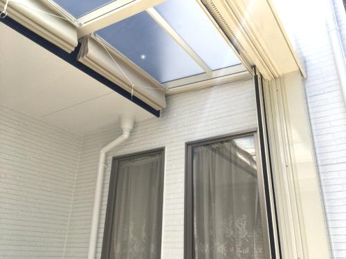ガーデンルームの屋根とシェードの写真