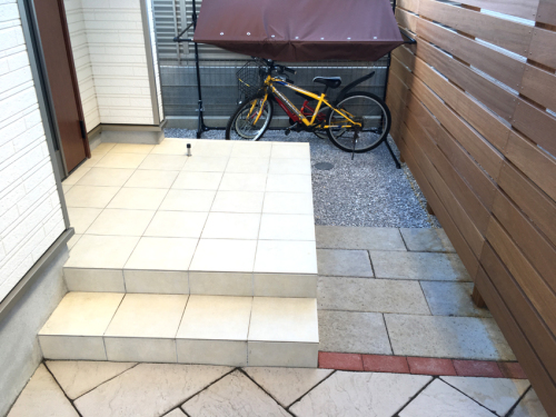 玄関ポーチの先に既存の平板を敷いた写真