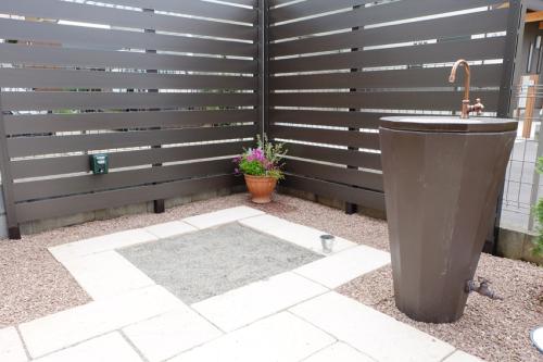 立水栓ニッコーの【リアルウッドスタンドタイプ】枕木色を設置したお庭の写真
