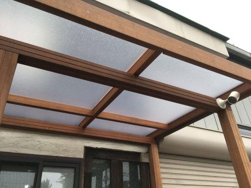 ポリカーボネートを使用した明るい屋根のパーゴラの写真