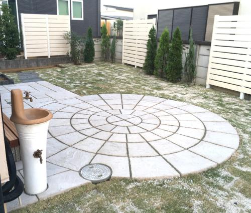 【円形のテラスを取り入れたお庭の様子】