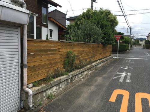 道路から見たフェンス