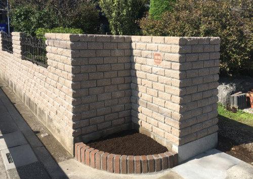 レンガ風のブロックを積んだ門壁の写真